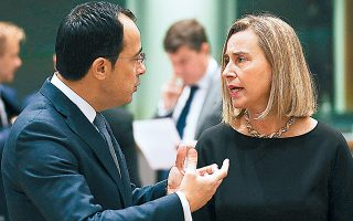 Ο υπουργός Εξωτερικών της Κυπριακής Δημοκρατίας Νίκος Χριστοδουλίδης με την ύπατη εκπρόσωπο της Ε.Ε. Φεντερίκα Μογκερίνι, χθες, στο Συμβούλιο Εξωτερικών Υποθέσεων.