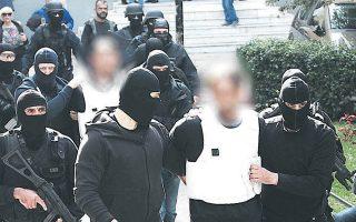 Τα δύο μέλη της τρομοκρατικής οργάνωσης «Επαναστατική Αυτοάμυνα» κατά τη μεταγωγή τους στον ανακριτή.