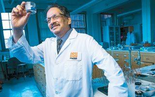 O Μας Σουμπραμάνιαν, από το Πανεπιστήμιο του Ορεγκον, ανακάλυψε το YInMn, μια ανόργανη μπλε χρωστική ουσία.
