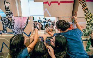 Οι μαθητές και μαθήτριες γκρεμίζουν συμβολικά το τείχος, δίνοντας το δικό τους μήνυμα για την επέτειο.