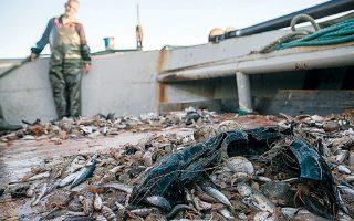 Οι αλιείς καταγράφουν τα σκουπίδια που βγάζουν τα δίχτυα και τα μεταφέρουν στη στεριά, όπου απορρίπτονται κανονικά.