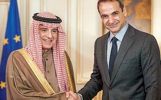 Ο πρωθυπουργός Κυριάκος Μητσοτάκης υποδέχεται τον Σαουδάραβα  υπουργό Εξωτερικών Αντέλ αλ Τζουμπέιρ, χθες, στο Μέγαρο Μαξίμου.