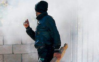 Παλαιστίνιος ετοιμάζεται να εκτοξεύσει πέτρες εναντίον στρατιωτών, στη διάρκεια διαδήλωσης κατά της κατεδάφισης παλαιστινιακών οικιών.