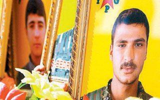 Φωτογραφίες «μαρτύρων», μελών της κουρδικής πολιτοφυλακής, σε κηδεία στη Ρας αλ Αϊν, το 2016.