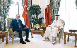 Ο Ταγίπ Ερντογάν με τον εμίρη του Κατάρ, σεΐχ Ταμίμ μπιν Χαμάντ αλ Θάνι, κατά τη χθεσινή συνάντησή τους στην Ντόχα. Οι αντιπροσωπείες των δύο χωρών υπέγραψαν επτά συμφωνίες συνεργασίας.