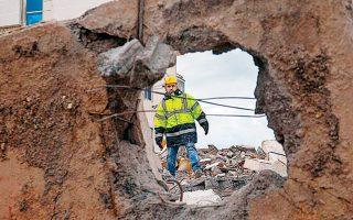 Ερευνες στα ερείπια πολυκατοικίας που κατέρρευσε, στο Δυρράχιο.