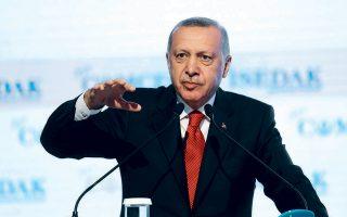 """Ο Ταγίπ Ερντογάν στο βήμα της ετήσιας συνόδου του Οργανισμού Ισλαμικής Συνεργασίας, στην Κωνσταντινούπολη. Ο Τούρκος πρόεδρος ειρωνεύθηκε τον Γάλλο ομόλογό του και για την «εισβολή των """"Κίτρινων Γιλέκων"""" στη Γαλλία»."""