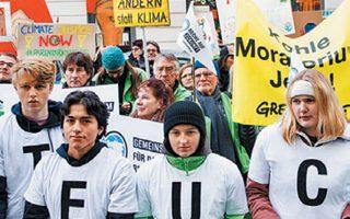 Ακτιβιστές διαμαρτύρονται πριν από τη συνεδρίαση του δικαστηρίου.