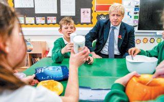 Ο Βρετανός πρωθυπουργός γιόρτασε το Χαλοουίν με κολοκύθες σε σχολείο στο Μπιούρι Σεν Εντμουντς. «Είναι φανταστικός, νομίζω ότι είναι ακριβώς ο κατάλληλος άνθρωπος για την τωρινή στιγμή», είπε γι' αυτόν ο Τραμπ.