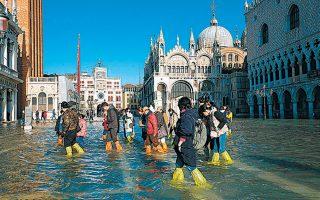 Φορώντας πλαστικές γκέτες κινούνταν χθες οι τουρίστες στην πλημμυρισμένη πλατεία του Αγίου Μάρκου.