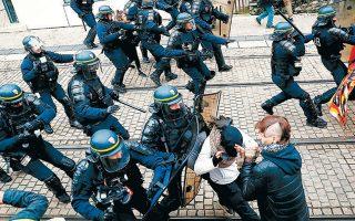 Συγκρούσεις μεταξύ αστυνομικών και «Κίτρινων Γιλέκων», το Σάββατο 16 Νοεμβρίου, στη Νάντη. Οι διαδηλωτές καταγγέλλουν την αστυνομία για ακραία χρήση βίας και ειδικότερα για πυρά με πλαστικά βλήματα.