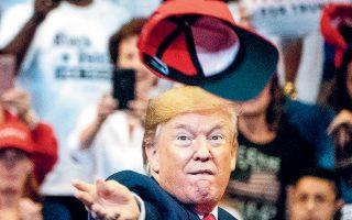 Ο Αμερικανός πρόεδρος Ντόναλντ Τραμπ πετάει το καπέλο του στο πλήθος, κατά τη διάρκεια ομιλίας του στη Φλόριντα.