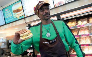 Ο τραγουδιστής της ραπ Σνουπ Ντογκ παρουσιάζει το νέο σάντουιτς λουκάνικο αμερικανικής αλυσίδας, το οποίο προέρχεται από φυτικές πρωτεΐνες.