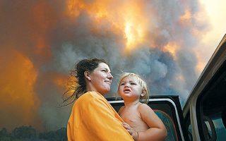 Δεκάδες οι πυρκαγιές στην Αυστραλία και συχνά κοινότητες αναγκάζονται να εκκενώσουν ξανά και ξανά τις οικίες τους, καθώς ο κίνδυνος άλλοτε μειώνεται και άλλοτε ενισχύεται εξαιτίας της μεταβολής των ανέμων.