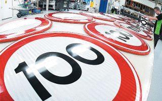 Πινακίδες με το όριο ταχύτητας των 100 χλμ. την ώρα κατασκευάζονται στο Ασεν της Ολλανδίας.