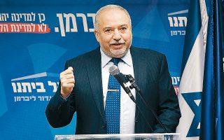 Σε ρυθμιστή της πολιτικής κατάστασης αναδεικνύεται ο πρώην υπουργός Αμυνας της κυβέρνησης Νετανιάχου και ηγέτης του ακροδεξιού «Ισραέλ Μπεϊτενού», Αβίγκντορ Λίμπερμαν.