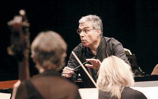 Ο μαέστρος και συνθέτης Νίκος Χριστοδούλου διευθύνει την Ακαδημία του Αγίου Μαρτίνου των Αγρών.