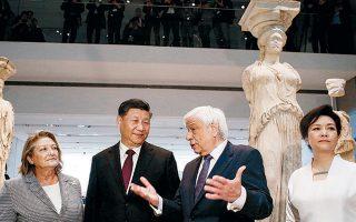 Τα προεδρικά ζεύγη κατά τη χθεσινή επίσκεψή τους στο Μουσείο της Ακρόπολης ξεναγήθηκαν από τον πρόεδρο του μουσείου.