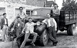 Οι Ανατολικοθρακιώτες Απόστολος Ανατολούς (ο οδηγός) και Δάρης Αγγελάκης (άκρη αριστερά) εν μέσω συγχωριανών τους στο Δοξάτο (δεκαετία του '50). Δεύτερος δεξιά με το γιλέκο, ο Γεώργιος Χατζηκωνσταντίνου.