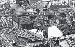 Στέγες της παλιάς Πάτρας. Ο αρχιτέκτων Μιχάλης Δωρής είχε φωτογραφίσει την Πάτρα το 1969, σε ένα κρίσιμο μεταίχμιο μεταβολής της πόλης.