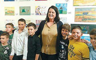 Η υπουργός Παιδείας Νίκη Κεραμέως ανάμεσα στα παιδιά του 5ου Δημοτικού Σχολείου Δάφνης, στα εγκαίνια της έκθεσης.