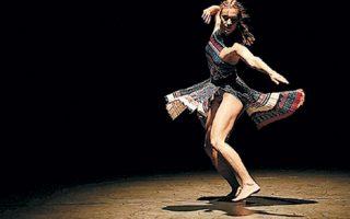 Στην παράσταση «The Thread» του Ράσελ Μάλιφαντ, οι παραδοσιακοί χοροί συναντούν το σύγχρονο ρεπερτόριο.
