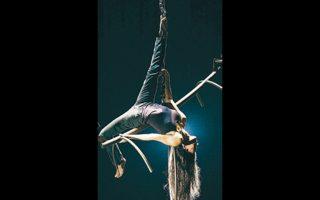 Οι Χαΐνηδες και η ομάδα χορού και ακροβασίας «Κι όμΩς κινείται» στην παράσταση «Δρακοδόντι» στο θέατρο «Ροές».