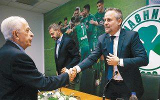 Ο πρόεδρος του Παναθηναϊκού, Μ. Μαυροκουκουλάκης, καλωσορίζει τον  Τσάβι Ρόκα, ο οποίος έδειξε καλά διαβασμένος για το μέγεθος του Παναθηναϊκού, όπως και για τις δυσκολίες που καλείται να αντιμετωπίσει.