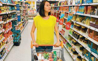 Σούπερ μάρκετ διεκδικούν μερίδιο και από την εστίαση, καθώς διαθέτουν έτοιμα προς κατανάλωση γεύματα στα καταστήματά τους.