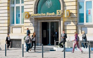 Η διοίκηση της Deutsche Bank επισπεύδει τη διαδικασία για να επιβάλει αρνητικά επιτόκια στους πελάτες της, καθώς εκτιμά πως μπορεί να το κάνει περίπου στο 20% του πελατολογίου της, κυρίως δε σε όσους έχουν μεγάλες καταθέσεις.