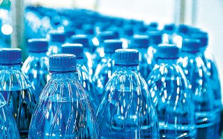 Οι άνθρωποι δεν αγοράζουν πλέον πλαστικές φιάλες, αλλά πολλαπλών χρήσεων μπουκάλια και παγούρια για νερό, και τα γεμίζουν από τη βρύση του σπιτιού ή της δουλειάς. Οπότε εταιρείες όπως οι Danone, Nestle, Coca - Cola (Coke) και Pepsi αντιλήφθηκαν ότι από τη βρύση μπορούν να προέλθουν τα αντισταθμιστικά έσοδα.