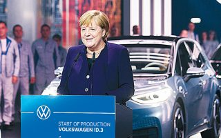 Η καγκελάριος Μέρκελ επισκέφθηκε τη Δευτέρα το εργοστάσιο της VW στην Κάτω Σαξονία, που θα είναι το πρώτο που θα παράγει αποκλειστικώς ηλεκτρικά αυτοκίνητα από το 2021, και συγκεκριμένα 330.000 οχήματα ανά έτος, όπως γνωστοποίησε η Volkswagen.