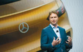 «Το στοίχημα που βάζουμε, να είμαστε μια επιτυχημένη εταιρεία στο μέλλον, προϋποθέτει πως θα λάβουμε τώρα μέτρα, ενισχύοντας σημαντικά την οικονομική μας υγεία», δήλωσε ο διευθύνων σύμβουλος της Daimler, Ολα Καλένιους.