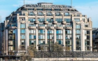 Το νέο Samaritaine δεν θα θυμίζει ένα συνηθισμένο εμπορικό κέντρο, καθώς θα στεγάζει ξενοδοχείο πέντε αστέρων Cheval Blanc, πολυτελή εστιατόρια, γραφεία και σπα με τη σφραγίδα του οίκου Christian Dior.