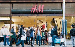 Από χθες, οι πελάτες της H&M μπορούν να ενοικιάζουν ρούχα έναντι 33,3 ευρώ την εβδομάδα, από το ανακαινισμένο κατάστημα της εταιρείας στην πλατεία Σέργκελς Τοργκ στο κέντρο της Στοκχόλμης.