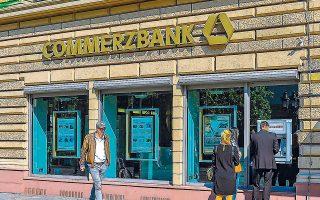 Την αρχή έκανε η Commerzbank, δεύτερη μεγαλύτερη τράπεζα της Γερμανίας, η οποία μετά τους λογαριασμούς των επιχειρήσεων περνάει το κόστος των αρνητικών επιτοκίων και σε πελάτες λιανικής.