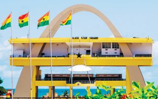 H συμφωνία με την Γκάνα επικρίνεται από τη συμβουλευτική για θέματα ανάληψης ρίσκου EXX Africa, που διαπιστώνει έλλειψη διαφάνειας αλλά και μεγάλους κινδύνους για υπερχρέωση της χώρας εξαιτίας των δαπανών που συνεπάγεται η συμμετοχή της στα προβλεπόμενα έργα υποδομής.