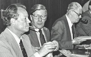 13 Σεπτεμβρίου 1977. Ο Βίλι Μπραντ (αριστερά), πρόεδρος του Σοσιαλδημοκρατικού Κόμματος και δίπλα του ο καγκελάριος Χέλμουτ Σμιτ, προβληματισμένοι, συζητούν για την υπόθεση απαγωγής του βιομηχάνου Χανς Σλάγιερ από τους εξτρεμιστές της Φράξιας Κόκκινος Στρατός.