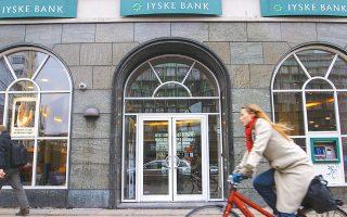 Οσο κι αν ακούγεται περίεργο, υπάρχουν εδώ και καιρό τράπεζες στη Σκανδιναβία, προσφάτως στην Ελβετία, όμως και αλλού, που προσφέρουν αρνητικά επιτόκια δανεισμού. Η Jyske λ.χ. (η τρίτη μεγαλύτερη τράπεζα της Δανίας) προσφέρει δεκαετή στεγαστικά δάνεια με -0,50%, ήτοι σε πληρώνει 0,50% ετησίως για να πάρεις δάνειο από αυτήν...