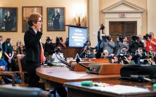 Η πρώην πρέσβειρα των ΗΠΑ στην Ουκρανία, Μαρί Γιοβάνοβιτς, ορκίζεται λίγο πριν ξεκινήσει την κατάθεσή της σε επιτροπή της αμερικανικής Βουλής.