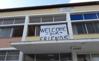 Υπολογίζεται ότι έως το τέλος Νοεμβρίου θα έχουν μεταφερθεί σε περιοχές της ενδοχώρας επιπλέον 4.000 άτομα, τα οποία θα στεγαστούν σε ξενοδοχεία (φωτ. από παλαιότερη υποδοχή προσφυγόπουλων σε σχολείο της Λάρισας). ΑΠΕ-ΜΠΕ