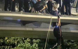 «Πολιορκημένοι» διαδηλωτές κρεμάστηαν με σκοινιά από πεζογέφυρα σε δρόμο στον οποίο τους περίμεναν μοτοσικλετιστές και ξέφυγαν από την αστυνομία