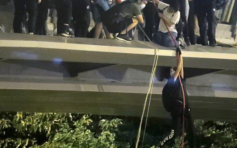 Θεαματική απόδραση αποκλεισμένων διαδηλωτών από το Πολυτεχνείο του Χονγκ Κονγκ (φωτογραφίες)