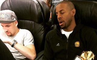 Ο Αντρέ Ιγκουοντάλα των Ουόριορς, όπως και άλλοι παίκτες του ΝΒΑ, συμπληρώνει τον ύπνο του κατά τη διάρκεια των πτήσεων. Οι ειδικοί ανησυχούν πλέον, καθώς ολοένα και περισσότεροι επαγγελματίες αθλητές κοιμούνται όλο και λιγότερο.