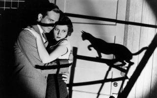 Στις ερωτικές σκηνές, στον κινηματογράφο και στην τηλεόραση, υπάρχει πλέον ένας καθοδηγητής που υποδεικνύει τα σημεία και την ποσότητα των αγγιγμάτων. Στη φωτογραφία, μια αθώα ερωτική αγκαλιά από την ταινία τρόμου του 1934 «Η μαύρη γάτα», η οποία όμως και αυτή βρίσκεται υπό την απειλή του μαύρου αιλουροειδούς.