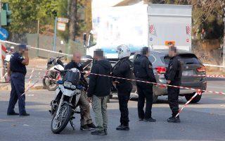 Οι δύο αστυνομικοί που βρέθηκαν στο σημείο της δολοφονίας υποστήριξαν ότι δεν καταδίωξαν τους δράστες, καθώς σταμάτησαν για να παράσχουν τις πρώτες βοήθειες στο θύμα. Στη φωτογραφία, ένας εξ αυτών με εμφανείς κηλίδες από το αίμα του Δημήτρη Μάλαμα στα ρούχα του.