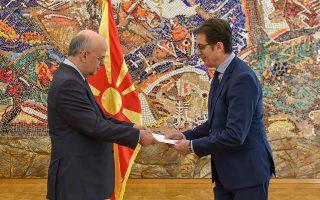 Ο διπλωμάτης κ. Δημήτρης Γιαννακάκης (αριστερά) ενώ επιδίδει, στα Σκόπια, τα διαπιστευτήριά του στον πρόεδρο της Δημοκρατίας κ. Στέβο Πενταρόφσκι ως ο πρώτος πρέσβης της Ελλάδας στη Βόρεια Μακεδονία.