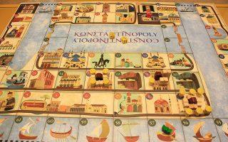 Το Κωνσταντινόpoly βασίζεται στη Monopoly, αλλά ο παίκτης χτίζει μνημεία αντί σπιτιών και τα ιστορικά γεγονότα επηρεάζουν την εξέλιξη του παιχνιδιού.