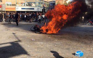 Φλεγόμενη μοτοσικλέτα και διαδηλωτές στην πόλη Ισφαχάν. Το Ιράν βρίσκεται σε πρωτοφανή αναταραχή, οι νεκροί είναι δεκάδες, αλλά οι εικόνες και οι πληροφορίες που φτάνουν στη Δύση είναι λιγοστές. EPA/STR