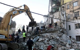 epaselect epa08025883 People search for survivors in the rubble of a building after an earthquake hit Thumane, Albania, 25 November 2019. Albania was hit by a 6.4 magnitude earthquake on 26 November 2019, leaving three people dead and dozens injured.  EPA/MALTON DIBRA